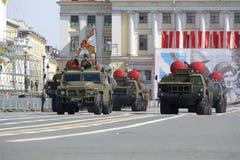 火箭发射器护卫舰出来在宫殿正方形的 游行排练以纪念胜利天,圣彼德堡 库存照片
