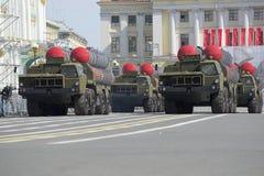 火箭发射器S-300PM护卫舰在宫殿正方形移动 游行排练以纪念胜利天在圣彼德堡 库存图片