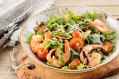 火箭沙拉用大虾虾、新芽和嫩卷心菜在w 库存照片