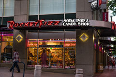 火箭队嘶嘶响苏打水和糖果商店 免版税图库摄影