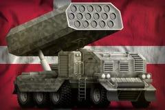 火箭队火炮,有灰色伪装的导弹发射装置在丹麦国旗背景 3d?? 皇族释放例证