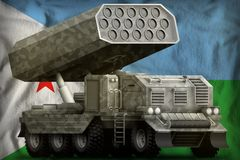火箭队火炮,有灰色伪装的导弹发射装置在吉布提国旗背景 3d?? 库存例证