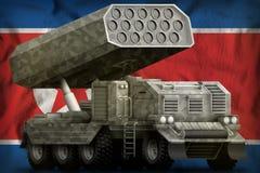 火箭队火炮,有灰色伪装的导弹发射装置在朝鲜民主主义人民共和国北朝鲜国旗ba 图库摄影