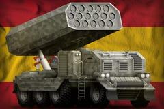 火箭队火炮,有灰色伪装的导弹发射装置在西班牙国旗背景 3d?? 皇族释放例证