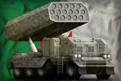 火箭队火炮,有灰色伪装的导弹发射装置在阿尔及利亚国旗背景 3d?? 库存例证