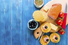 火腿、乳酪和黑橄榄开胃菜  库存照片