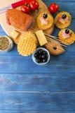 火腿、乳酪和黑橄榄开胃菜  免版税库存图片