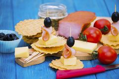 火腿、乳酪和黑橄榄开胃菜  免版税库存照片