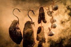 火腿、在吸烟房的香肠和大蒜 库存图片