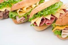 火腿、蒜味咸腊肠、火鸡和牛肉三明治 免版税库存照片