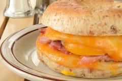 火腿、蛋和乳酪百吉卷的特写镜头 免版税库存图片
