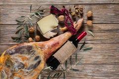 火腿、酒、乳酪和坚果,顶视图 图库摄影