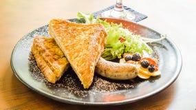 火腿乳酪法式多士服务用烤香肠、沙拉、蓝莓、草莓和顶部用糖粉 免版税库存图片