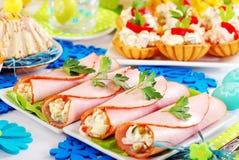 火腿卷充塞用菜沙拉和蛋黄酱 库存图片
