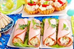 火腿卷充塞用菜沙拉和蛋黄酱 免版税库存照片