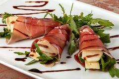 火腿卷用乳酪和梨 免版税库存图片