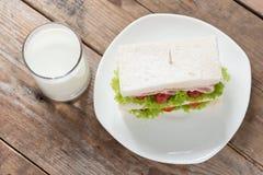 火腿和乳酪三明治用牛奶 顶视图 免版税库存照片