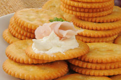 火腿和乳酪在薄脆饼干 库存照片