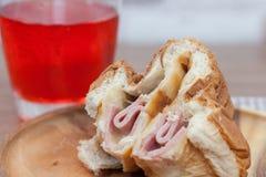 火腿和乳酪小圆面包 免版税图库摄影