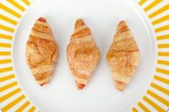 火腿和乳酪新月形面包板材  库存图片