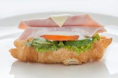 火腿和干酪新月形面包三明治 免版税库存照片