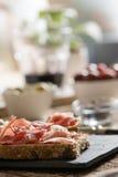 火腿和沙拉可口开胃菜  免版税库存照片