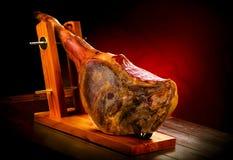 火腿在serrano西班牙白色的查出的jamon 传统西班牙hamon iberico 图库摄影