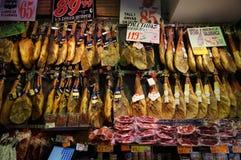 火腿待售在巴塞罗那西班牙 库存照片