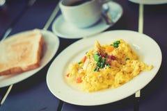 火腿早餐服务用咖啡,多士,并且品尝的沙拉是 免版税库存图片