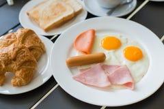 火腿早餐服务用咖啡,多士,并且品尝的沙拉是 库存照片