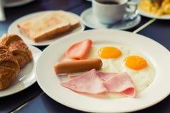 火腿早餐服务用咖啡,多士,并且品尝的沙拉是 免版税库存照片