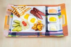 火腿面包用菜沙拉和蕃茄在桌和纸上 库存图片