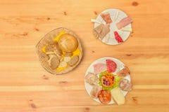 火腿,乳酪,香肠,蒜味咸腊肠开胃菜和起始者,烤 库存图片