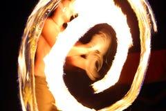 火舞蹈家在阵营的晚上 库存图片