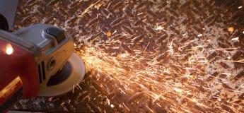 火花从和在金刚石板材钢的角度研磨机 免版税库存图片