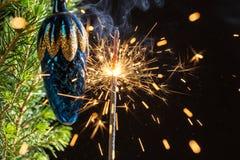 火花和云杉的分支 图库摄影