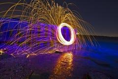 火花在凉快的大海的晚上 免版税库存照片