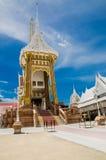 火葬场或火葬用的柴堆反对蓝天在泰国寺庙 库存图片