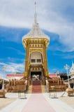 火葬场或火葬用的柴堆反对蓝天在泰国寺庙 免版税库存照片
