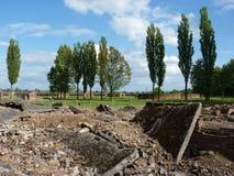 火葬场的废墟在前集中营的 auschwitz birkenau 库存照片
