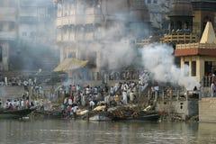 火葬ghat瓦腊纳西 免版税库存照片