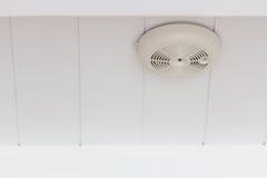 火警烟检测器在天花板的 免版税库存图片