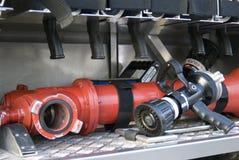火设备在火投入了并且抢救汽车 彩色照片 免版税库存照片