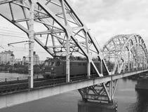火车乘坐在河上的桥 库存照片