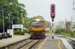 火车乘柴油电力机车带领了在火车站 免版税库存照片