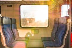 火车内部太阳发出光线早晨在移动的V里面的日出位子 库存照片