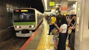 火车到达地铁平台的,当通勤者排队时,东京,日本 影视素材
