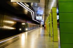 火车到达莫斯科地铁车站Zhulebino 免版税库存图片