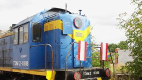 火车司机被放弃的明亮的葡萄酒客舱在地面停留在集中处 影视素材