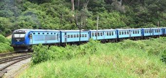 火车向从科伦坡的康提 免版税库存图片